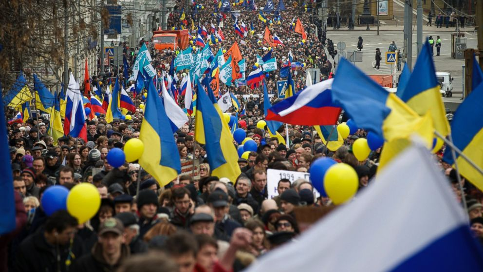 PHOTO: Demonstrators carrying Russian and Ukrainian flags march to oppose President V