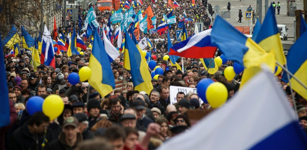 PHOTO: Demonstrators carrying Russian and Ukrainian flags march to oppose President Vladimir Putins policies in Ukraine, in Moscow, Saturday, March 15, 2014.