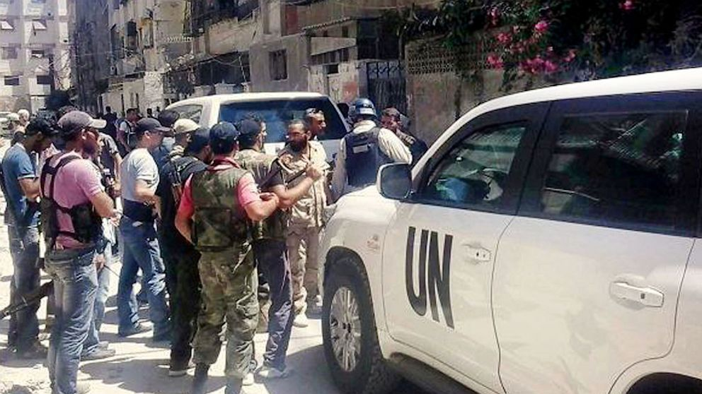 PHOTO: Syrian rebels escort the UN investigation team