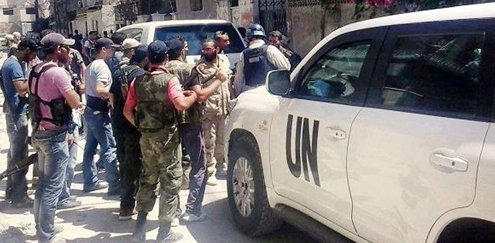 PHOTO: Syrian rebels escort the UN investigation team