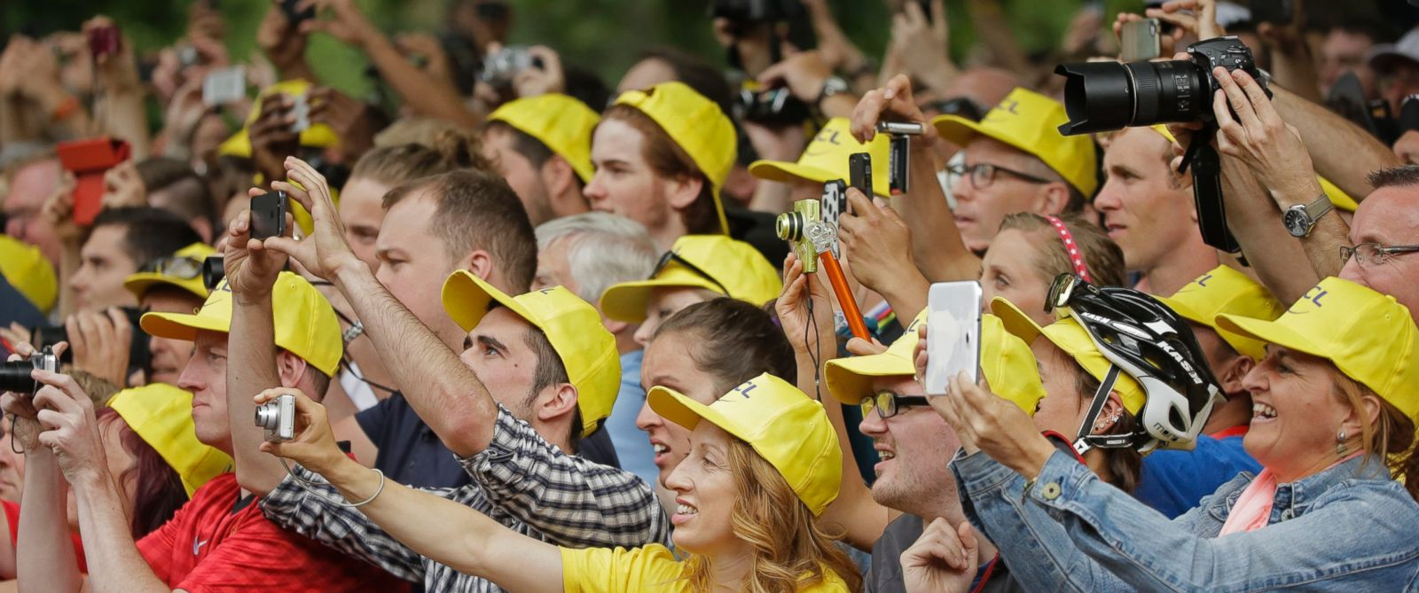 PHOTO: Spectators take pictures of the podium ceremony of the third stage of the Tour de France cycling race over 155 kilometers (96.3 miles) with start in Cambridge and finish in London, England, July 7, 2014.