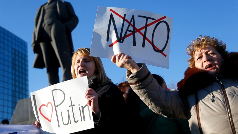 PHOTO: Pro Russian residents hold up placards as they rally at a central square next to a statue of Soviet revolutionary leader Vladimir Lenin in Donetsk, Ukraine, March 7, 2014.
