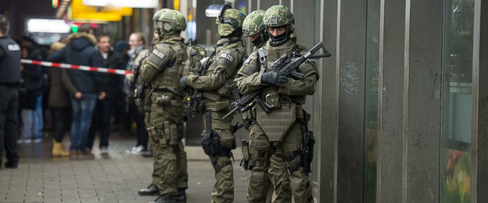 PHOTO: Armed German police are seen on duty at the main railway station in central Munich, Dec. 31, 2015.