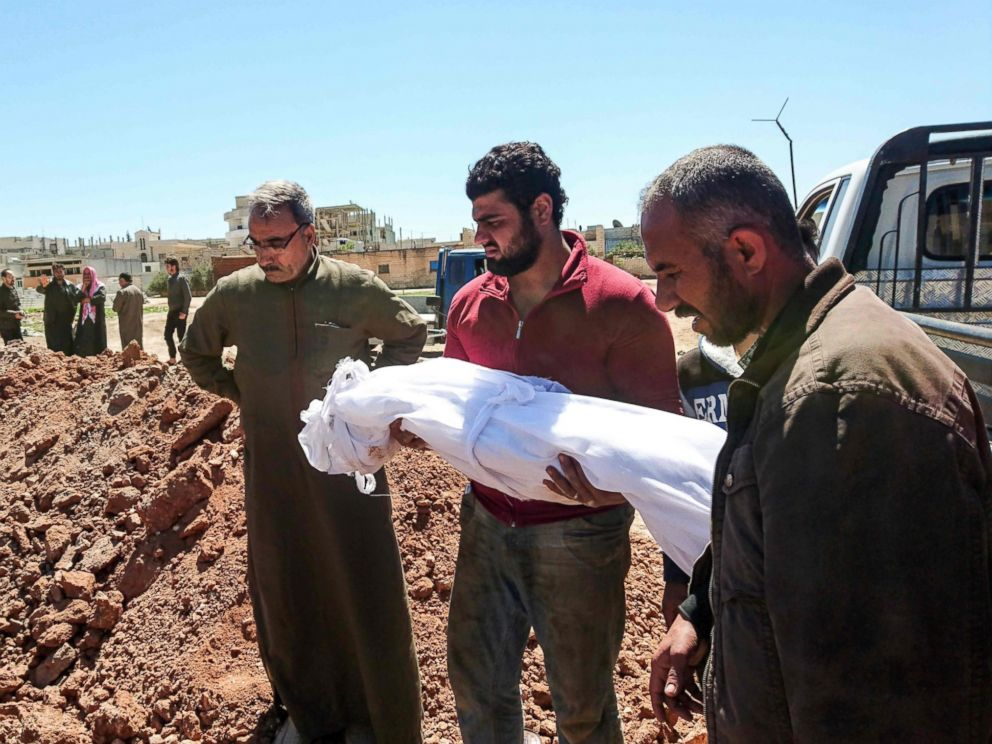 PHOTO: Syrians bury the bodies of victims of a a suspected toxic gas attack in Khan Sheikhun, a nearby rebel-held town in Syrias Idlib province, April 5, 2017.