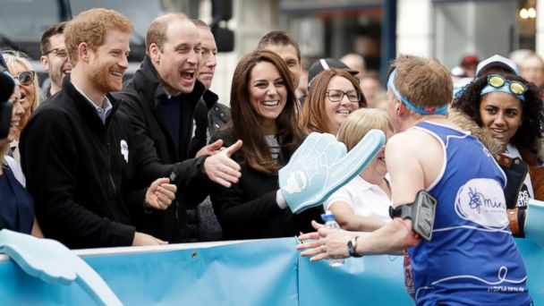 PHOTO: Prince Harry, Prince William, Duke of Cambridge and Catherine, Duchess of Cambridge cheer on runners at a 'Heads Together' cheering point along the route of The Virgin Money London Marathon 2017, April 23, 2017 in London.