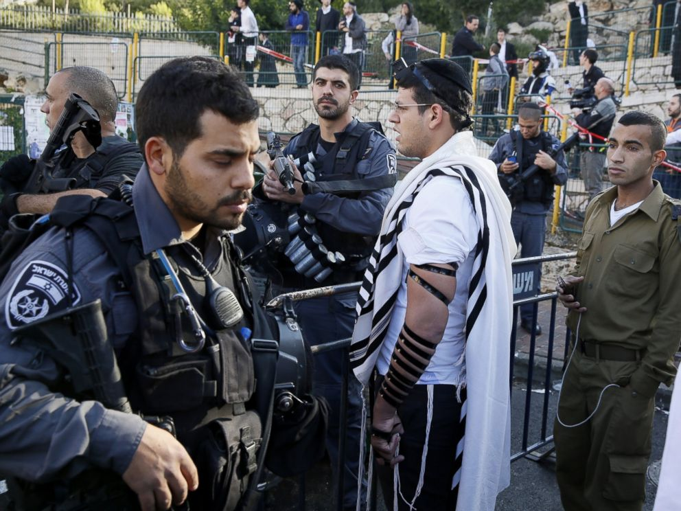 Israeli security forces secure the scene after a synagogue attack in Jerusalem, November 18, 2014.