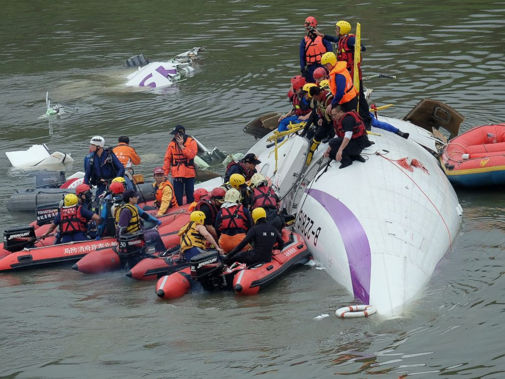 PHOTO: Rescue personnel work to free passengers from a TransAsia ATR 72-600 turboprop plane that crash-landed into a river outside Taiwans capital Taipei in New Taipei City, February 4, 2015.