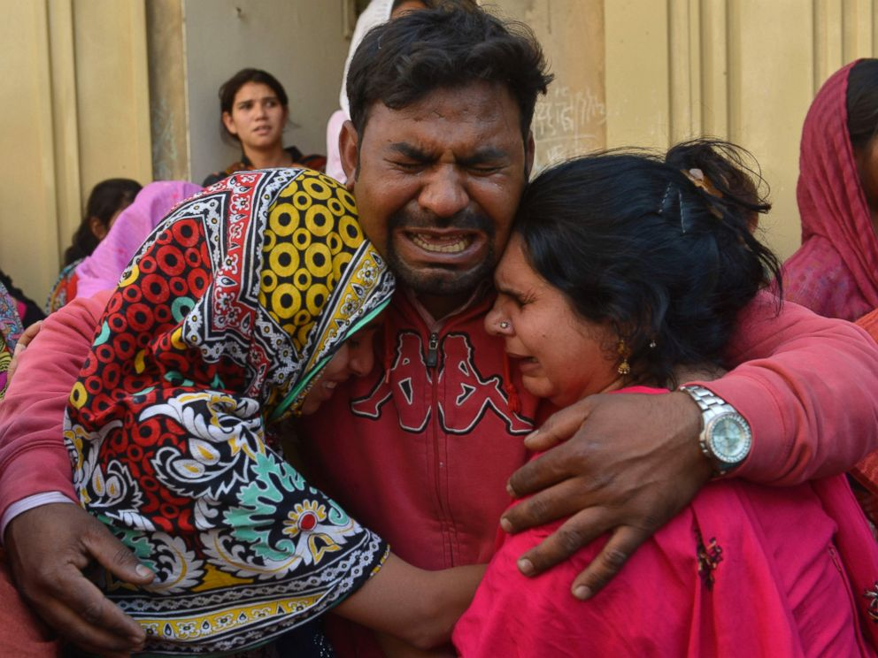 PHOTO: Pakistani Christians mourn the death of a blast victim of the March 27 suicide bombing, in Lahore, Pakistan on March 28, 2016.