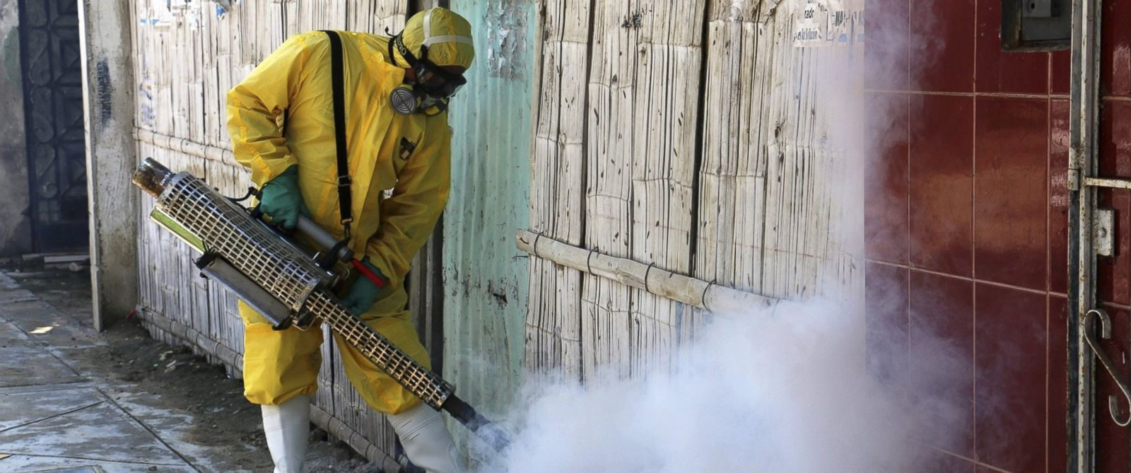 PHOTO: Personnel of Peruvian Health Ministry fumigate various locations in Lima against the Aedes aegypti mosquito, vector of the Zika virus, in Lima, Peru, Jan. 30, 3016.