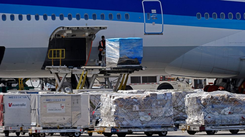 PHOTO: Airline workers load cargo at Los Angeles International Airport, Oct.30, 2010, one day after a