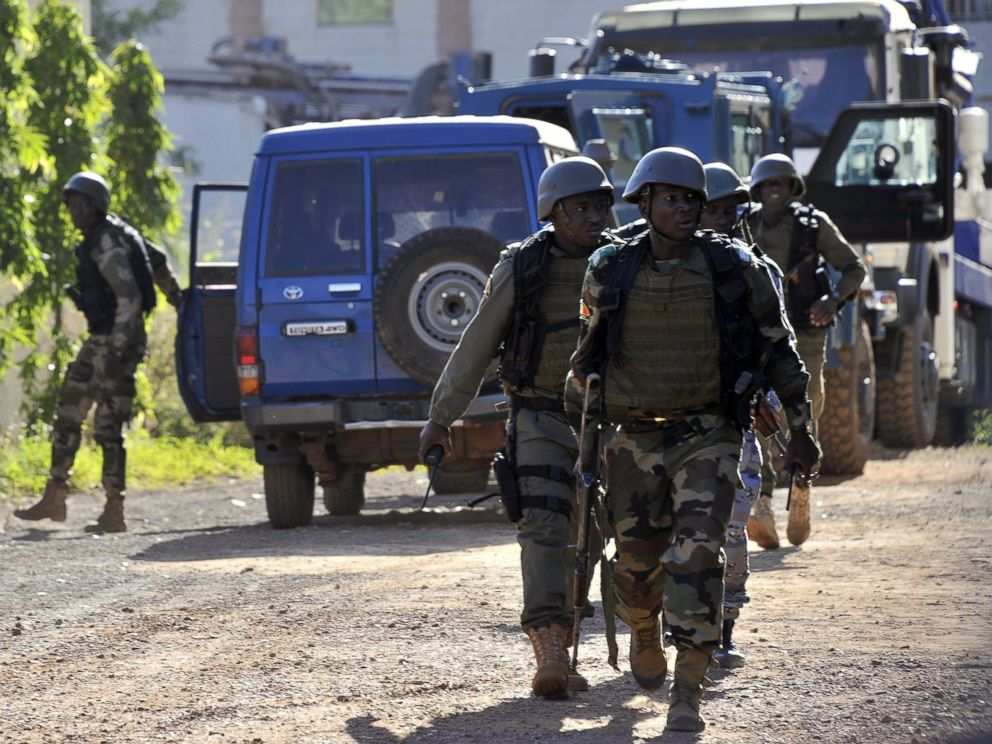 PHOTO: Malian troops take position near the Radisson Blu hotel in Bamako, Nov. 20, 2015.