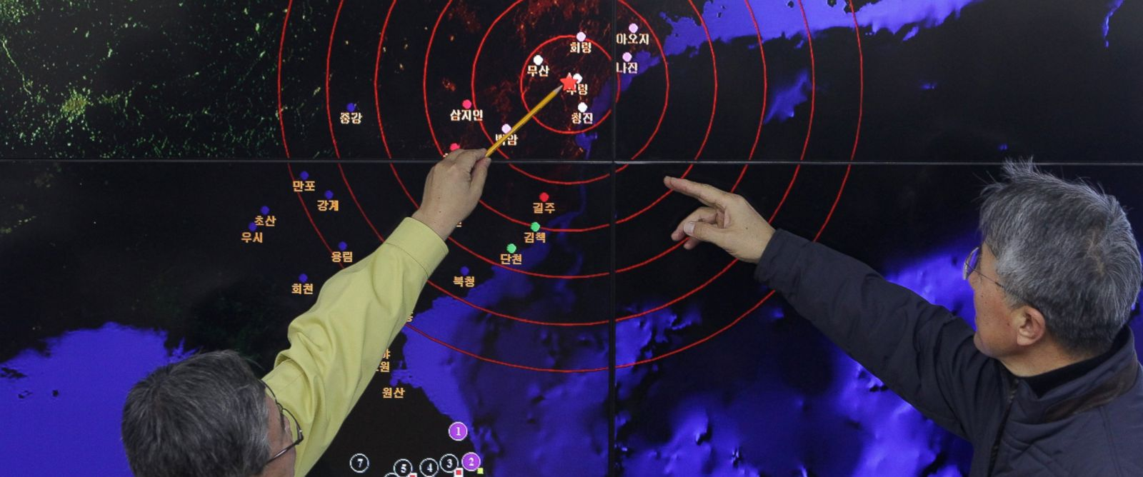 PHOTO: Ko Yun-hwa, left, and Yun Won-Tae, of the Korea Meteorological Administration check a screen showing seismic waves from North Korea, Jan. 6, 2016 in Seoul, South Korea.