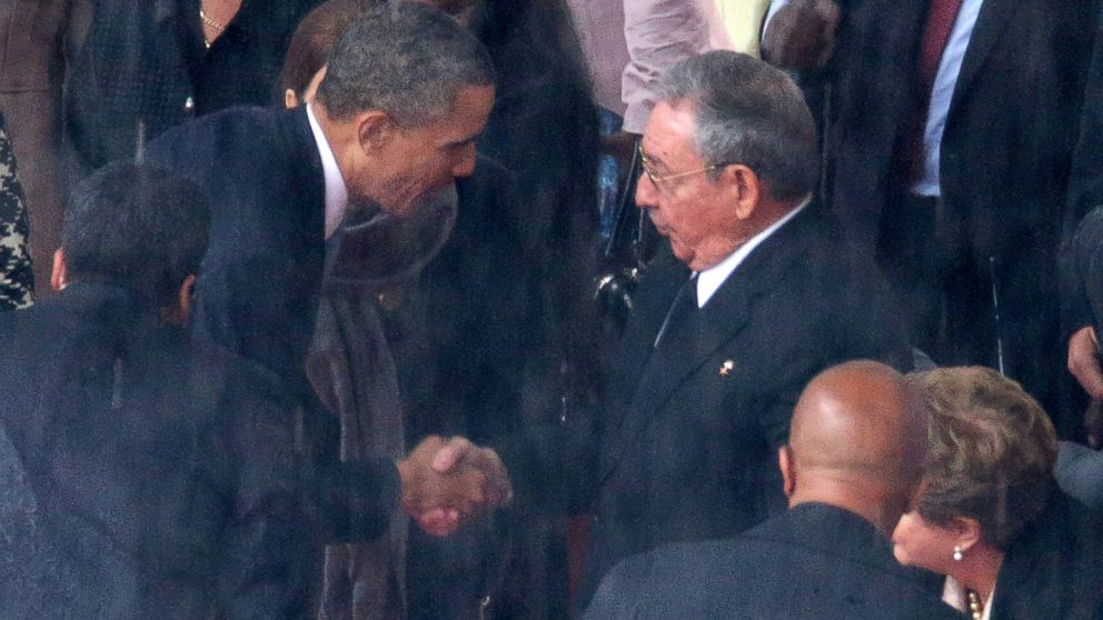 PHOTO: President Barack Obama shakes hands with Cuban President