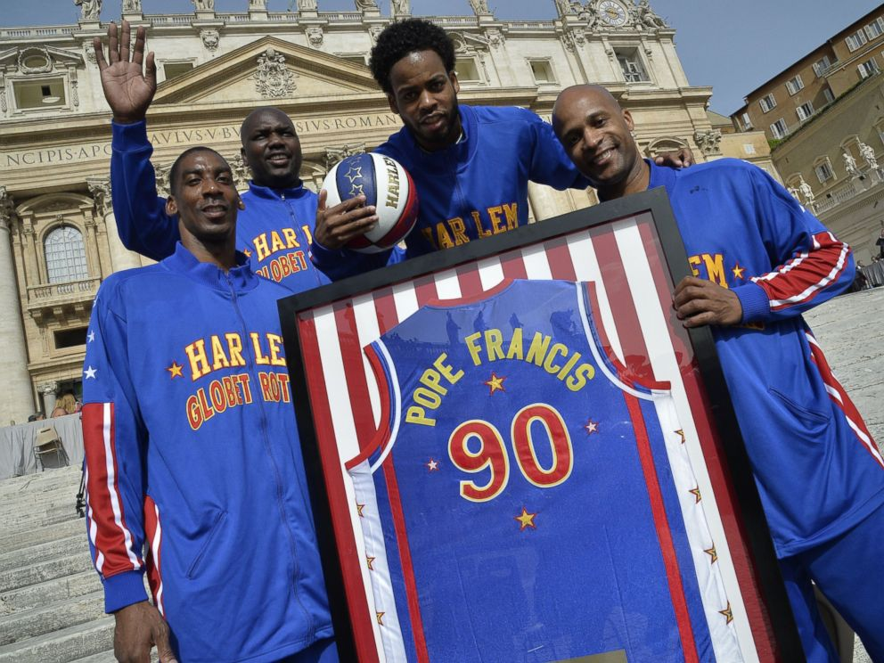 PHOTO: Members of the Harlem Globetrotters basketball team pose before the arrival of Pope Francis for his weekly general audience at St Peters square, May 6, 2015, at the Vatican.