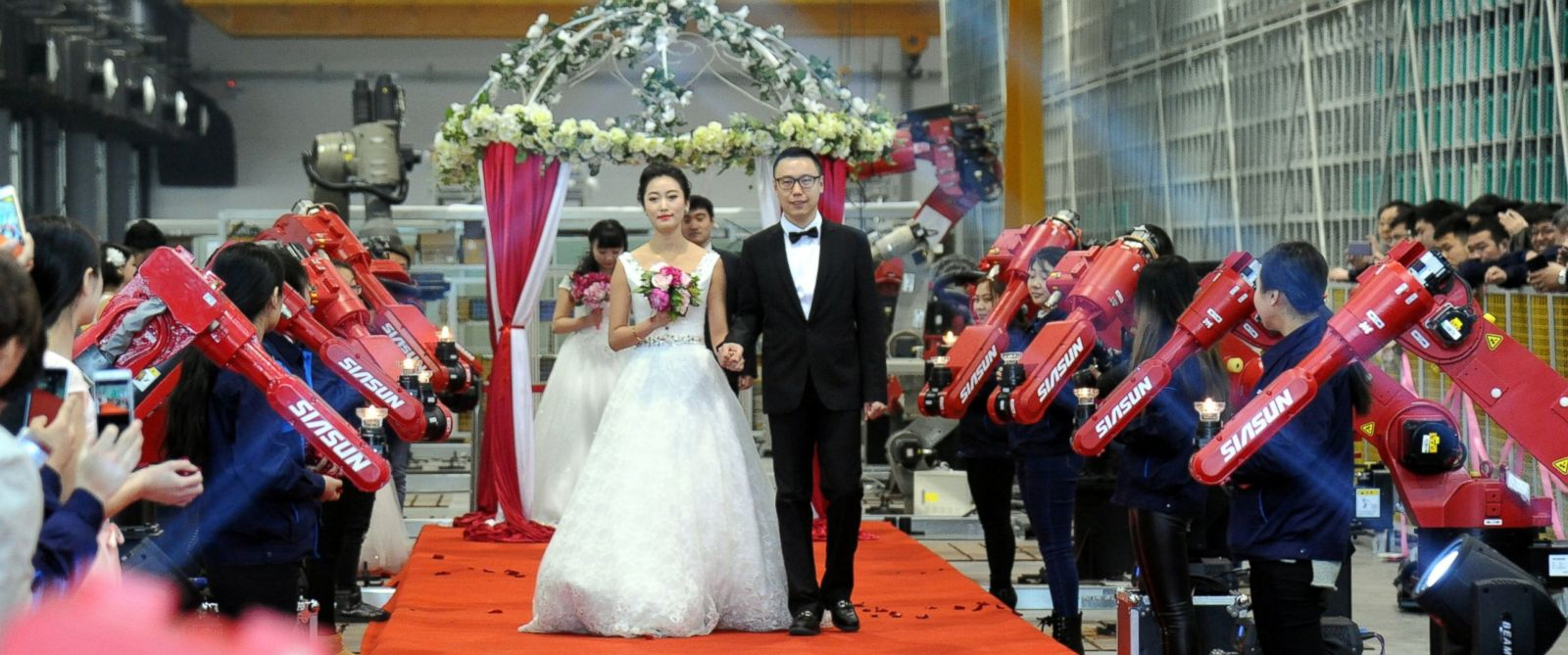 Good Morning America Robot : A robot factory hosts group wedding in china abc news