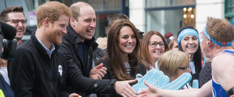 PHOTO: Prince Harry, Prince William, Duke of Cambridge and Catherine, Duchess of Cambridge cheer on runners at a Heads Together cheering point along the route of The Virgin Money London Marathon 2017, April 23, 2017 in London.