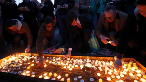 PHOTO: People light candles at a vigil in Trafalgar Square the day after an attack, in London, March 23, 2017.