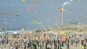 VIDEO: 6,000 children fly their kites on beach in Gaza.