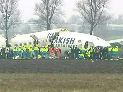 VIDEO: Turkish airliner crashes on landing at Amsterdams Schiphol airport.