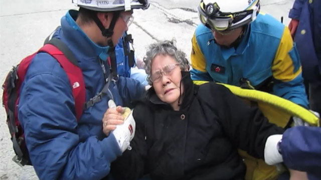 PHOTO Japanese Officials Rescue Woman