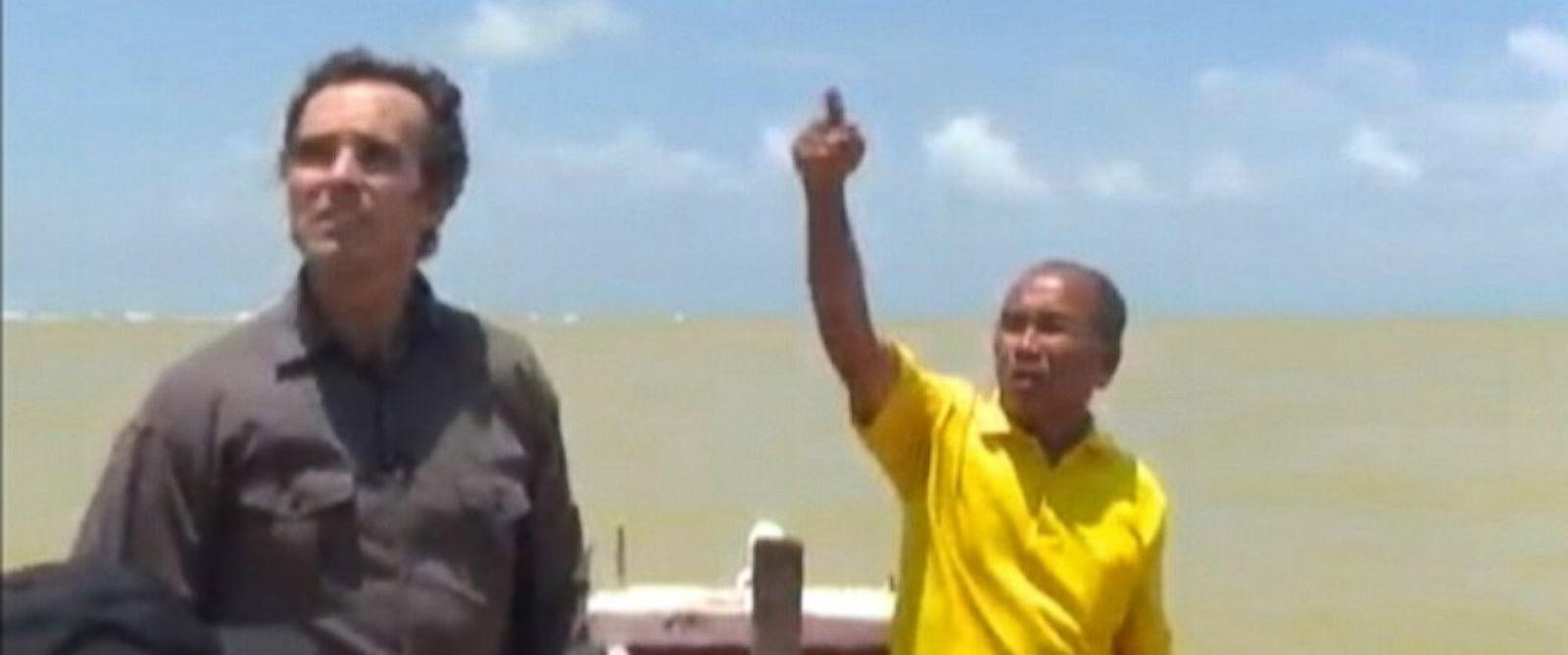 PHOTO: ABC correspondent Bob Woodruff speaks with fisherman in Khota Baru, Malaysia.