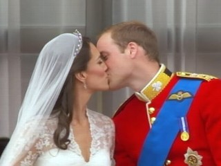 PHOTO: Prince William and Catherine Middleton kiss on the balcony of the Buckingham Palace, April 29 2011.