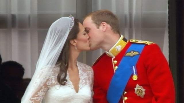 PHOTO:&nbsp;Prince William and Catherine Middleton kiss on the balcony of the Buckingham Palace, April 29 2011.