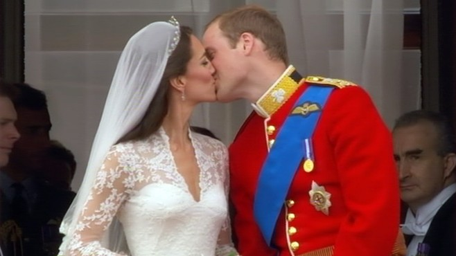 VIDEO Prince William and kate Middleton kiss at Buckingham Palace