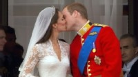 VIDEO: Prince William and kate Middleton kiss at Buckingham Palace.