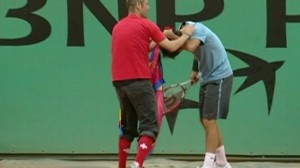 VIDEO: Roger Federer gets approached by a crazed fan at French Open.