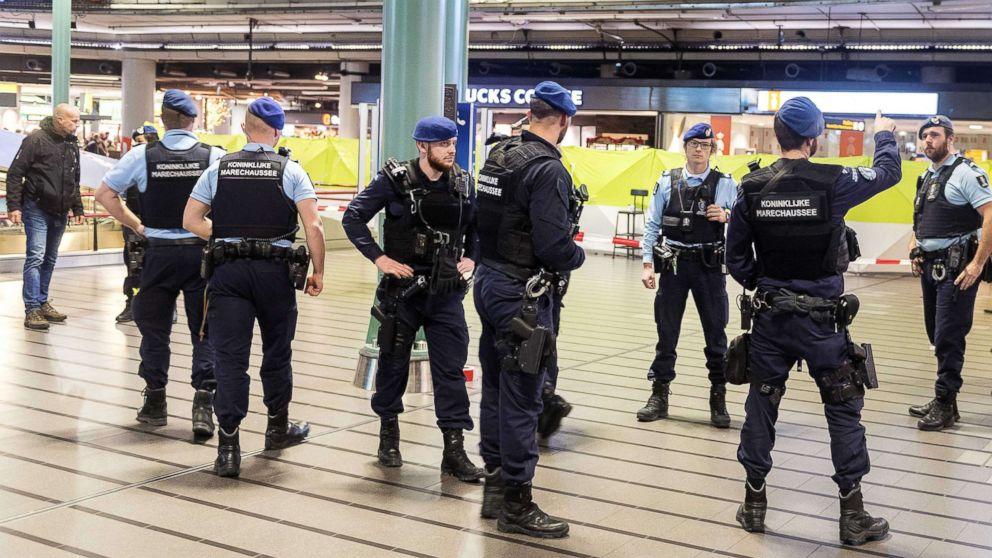 http://a.abcnews.com/images/International/amsterdam-schipol-airport-knife-epa-thg-171215_16x9_992.jpg