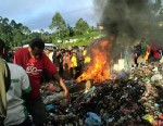 PHOTO: Bystanders watch as a woman accused of witchcraft is burned alive in the Western Highlands provincial capital of Mount Hagen in Papua New Guinea, Feb. 6 2013.