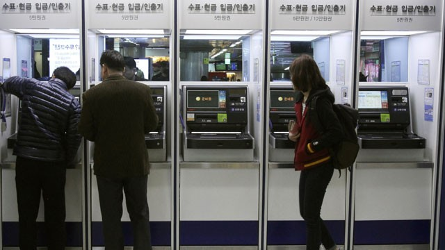 PHOTO: Depositors try to use automated teller machines of Shinhan Bank while the bank's computer networks are paralyzed at a subway station in Seoul, South Korea, Wednesday, March 20, 2013.