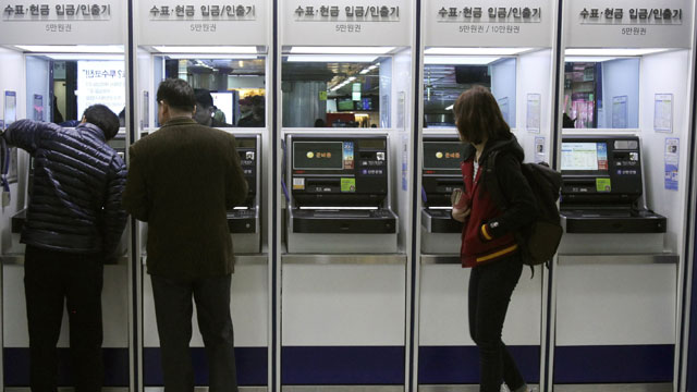 PHOTO: Depositors try to use automated teller machines of Shinhan Bank while the banks computer networks are paralyzed at a subway station in Seoul, South Korea, Wednesday, March 20, 2013.