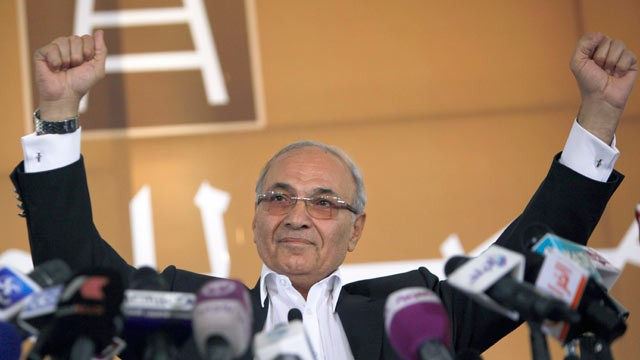 PHOTO: Egyptian presidential candidate Ahmed Shafiq addresses his supporters during an election rally in Cairo, Egypt, June 14, 2012.