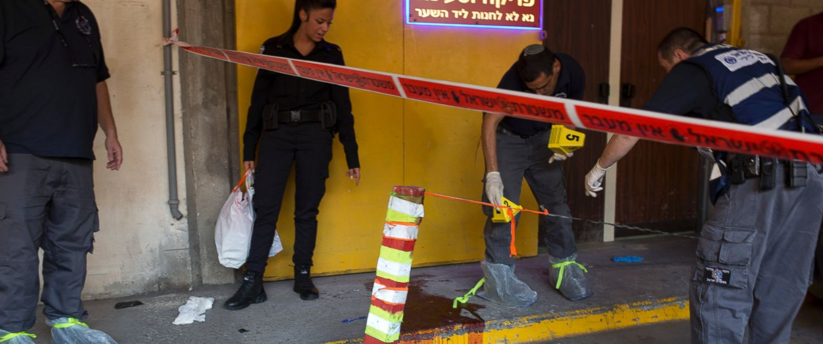 PHOTO: Israeli police investigates the scene of an stabbing attack in Tel Aviv, Israel, Nov. 19, 2015.