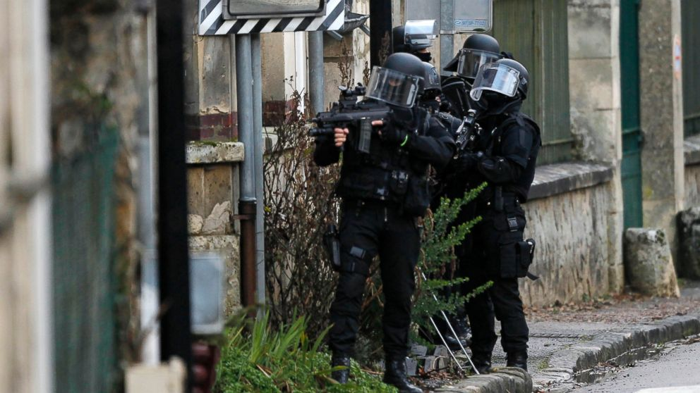 PHOTO: SWAT police officer patrol in the village of Longpont hunting for two heavily armed suspects after the massacre at the Paris offices of the Charlie Hebdo newspaper, Jan.8, 2015.