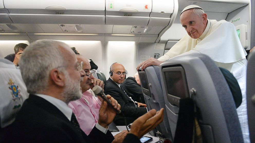 PHOTO: News conference on papal flight
