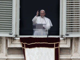 'Buon Giorno': Pope Francis' 1st Sunday at Window