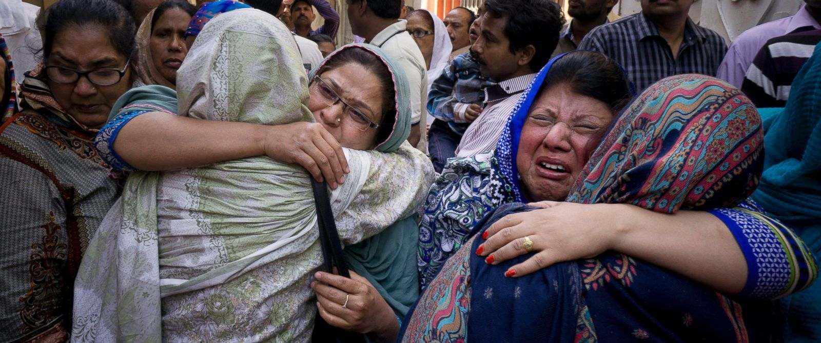 PHOTO: Family members of Pakistani Christian boy Sahil Pervez, mourn his death, in Lahore, Pakistan, March 28, 2016.