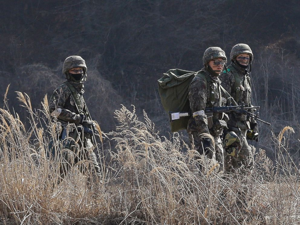 PHOTO: South Korean army soldiers move during their military exercise near the demilitarized zone between the two Koreas in Paju, South Korea, March 2, 2015.