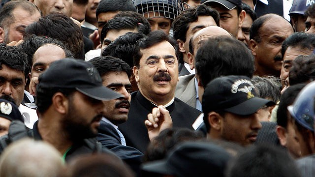 PHOTO: Pakistani Prime Minister Yousuf Raza Gilani, center, leaves the Supreme court following a hearing in Islamabad, Pakistan, April 26, 2012.
