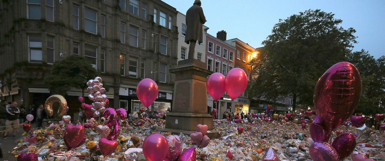 PHOTO: People pay their respects for the victims of the Manchester bombing during a vigil at St Anns Square in Manchester, Britain, May 29, 2017.