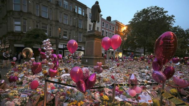 PHOTO: People pay their respects for the victims of the Manchester bombing during a vigil at St Ann's Square in Manchester, Britain, May 29, 2017.