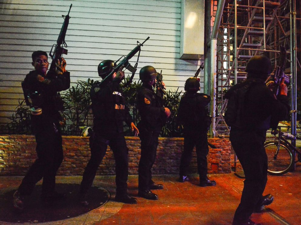 PHOTO: Filipino elite Police Special Weapons and Tactical officers take their position outside the Resort World Manila hotel in Pasay City, Philippines, June 2, 2017.