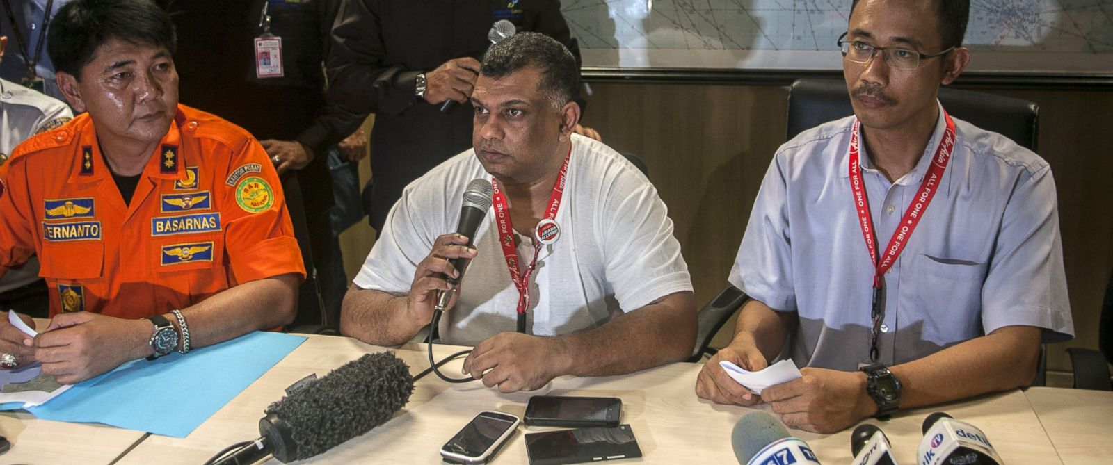PHOTO: Director of Air Asia Tony Fernandes (C), President Air Asia Indonesia Sunu Widiatmoko (R) and the head of Surabaya search and rescue Hernanto (L), speak in Surabaya, East Java, on Dec. 28, 2014, after Air Asia flight QZ8501 went missing.