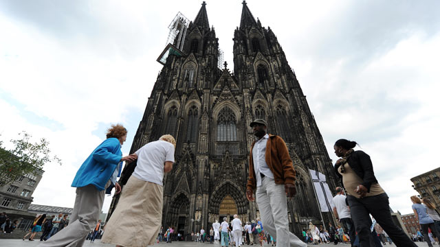 PHOTO: People walk past Cologne`s landmark the Cologne Cathedral.