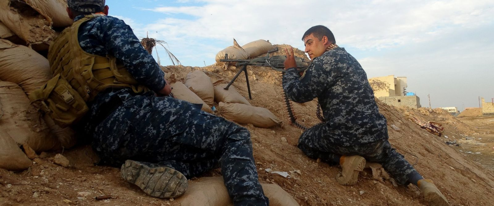 PHOTO: Iraqi security forces take positions as they clash against Daesh terrorists around the Hasibet-ul Sarkiyye in eastern Anbar, Iraq on Nov. 26, 2015.