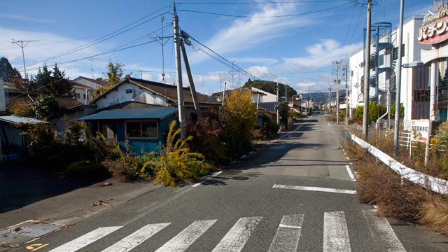 PHOTO: A deserted street inside the contaminated exclusion zone around the crippled Tokyo Electric Power Co.