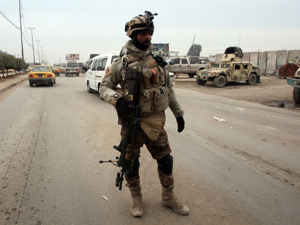 PHOTO: Iraqi soldiers monitor a checkpoint east of Baghdad on Jan. 10, 2014.
